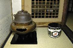 暑い時期には風炉(ふろ=写真左)を用いる